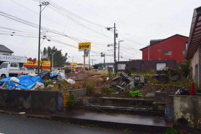 瓦礫の残る街角
